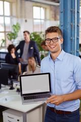 mitarbeiter zeigt etwas am laptop