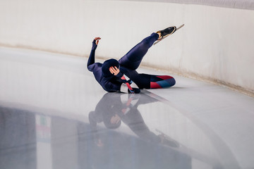 woman skater fell during speed skating competitions