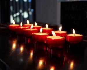 Kerzen,rote Kerzen,Opferkerzen,Kerzenlichter