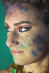 Красивая девушка европейской внешности с красивым макияжом