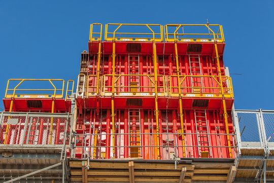 banches métalliques, coffrage de bâtiment sur chantier de construction