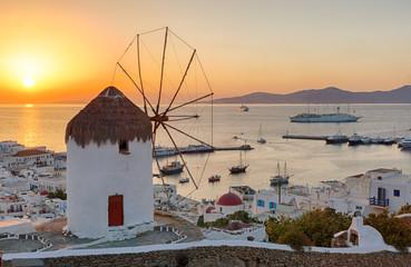Wall Mural - Windmühle über Mykonos Stadt bei Sonnenuntergang, ohne Leute, ohne Stromkabel