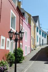 maison colorée et lampadaire en Bretagne
