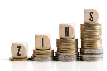Eurostapel symbolisieren steigenden Zinssatz