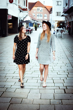 Freundinnen spazieren durch die Stadt