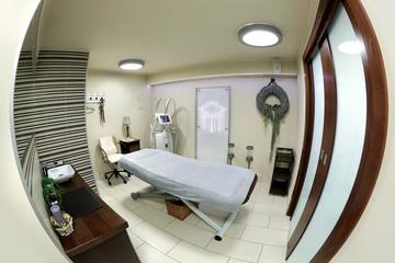 Łóżko w salonie masażu, kosmetyczny, spa.