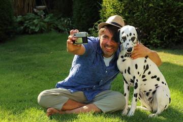 Selfie mit alter Kamera, Hund und Mann im Garten
