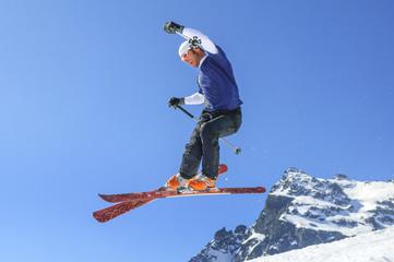 mutiger Sprung beim Skifahren im Telemarkstil