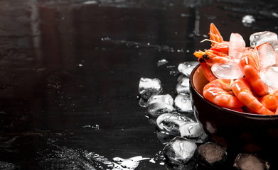 Shrimp with ice in a bowl.