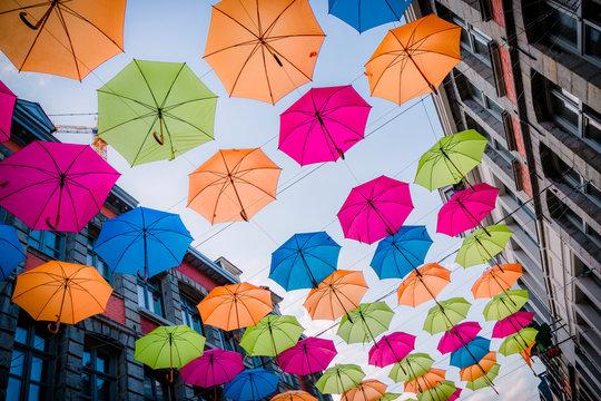 Parapluie suspendus au dessus de la rue