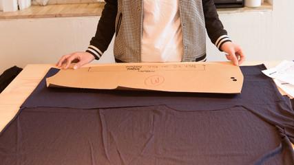 洋裁をする女性の手