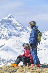 Freeskier genießen die Bergwelt in den italiensichen Alpen