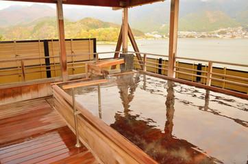 山梨県 河口湖を望む露天風呂