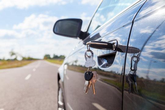 Fahrzeugschlüssel steckt im Fahrzeugschloß