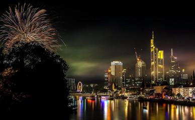 Frankfurt am Main Skyline mit Feuerwerk © Matthias Buehner