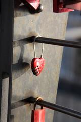 rotes Vorhängeschloss in Herzform