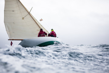 Klassische Segelyacht im Sturm