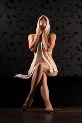 Frau bedeckt sich mit Schal