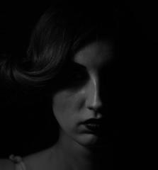 Стильный мрачный портрет европейской девушки с красивыми тенями