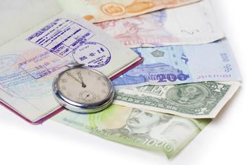 Reisepass, Uhr und Banknoten