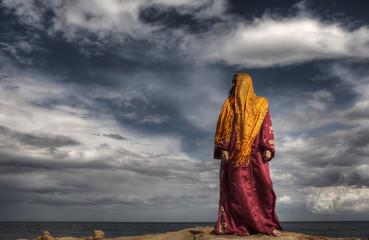 mujer de etnia morisca junto al mar