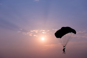 Photo sur Toile Aerien Silhouette of parachute on sunset background