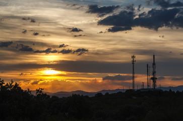 Atardecer y antenas de repetición. Alto de la Sierra de Casas Viejas, La Portilla, León.