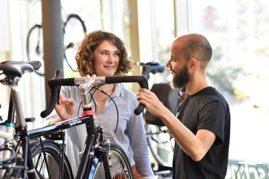 Verkäufer und Frau im Fahrradladen - Verkaufsgespräch // Seller and woman in bicycle shop - sales talk