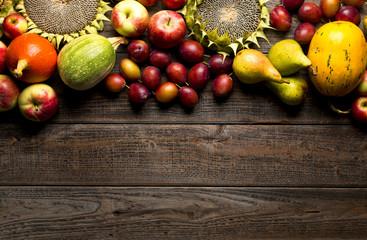 Fototapeta Jesienne owoce na drewnianym tle obraz