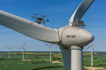 Drohne bei Wartung und Inspektion einer Windenergieanlage Luftbild