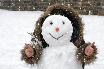 Schneefrau Schneemann mit Kapuze hält Daumen hoch