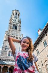 Fillette devant le Beffroi de Bruges la Venise du Nord