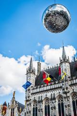 Boule disco devant la Basilique du Saint-Sang de Bruges