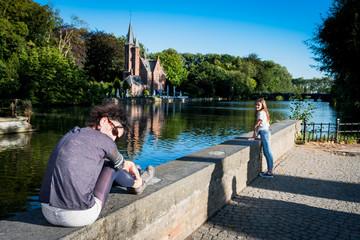 Femme devant le lac des amoureux à Bruges
