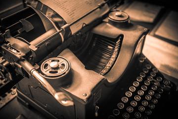 Maquina de escribir antigua en sepia