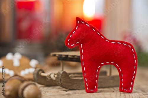 Weihnachtsdeko Lebkuchenmann.Rotes Pferd Aus Filz Mit Weihnachtsdeko Stock Photo And Royalty