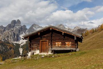 Fototapete - Urige Berghütte in den österreichischen Alpen