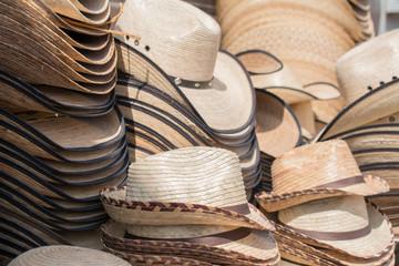 Diferentes sombreros a la venta en la calle.
