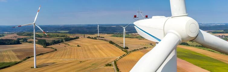 Banner Luftbild und Nahaufnahme einer Windenergieanlage