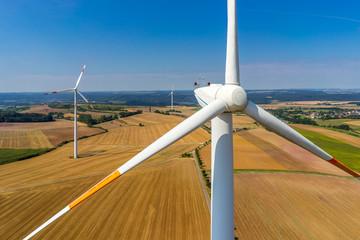 Luftbild und Nahaufnahme einer Windenergieanlage