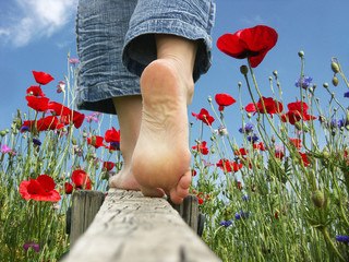 marche pieds nus - détente à la campagne