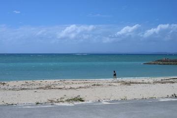 美らSUNビーチで海へ向かってポーズ