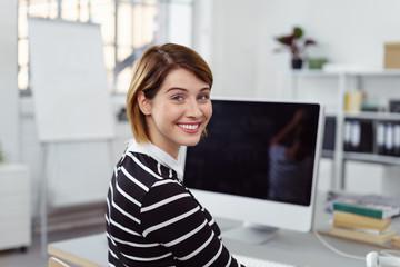 junge frau arbeitet in einem modernen, hellen büro