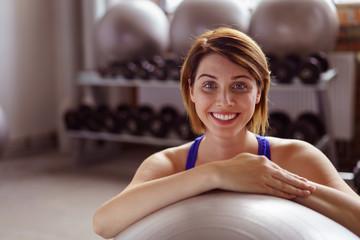 frau trainiert im fitnessstudio mit einem gymnastikball