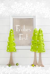 Frohes Fest. Weihnachtskarte Hochformat in den Farben beige, weiß und hellgrün als Dekoration mit Schild.