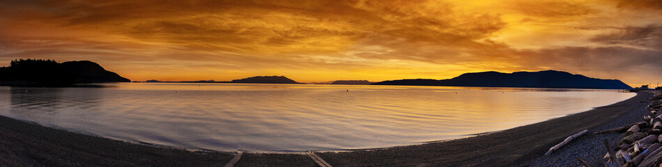 In de dag Eiland San Juan Islands Sunset. A beautiful winter sunset from Legoe Bay on Lummi Island looking west towards Orcas Island in the San Juan archipelago in western Washington state.