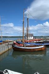 Старая парусная лодка у причала