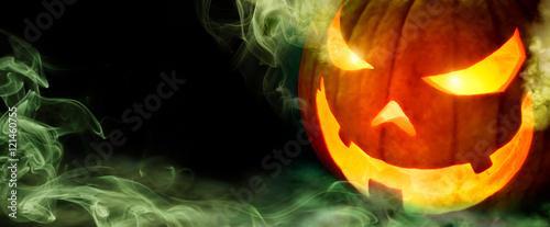 Halloween Kürbis mit grünem Rauch auf schwarzem Hintergrund