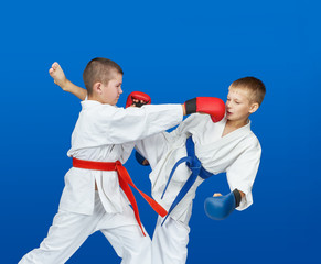 In red and blue overlays on the hands athletes are beating blows
