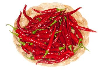 Chili im Körbchen, isoliert